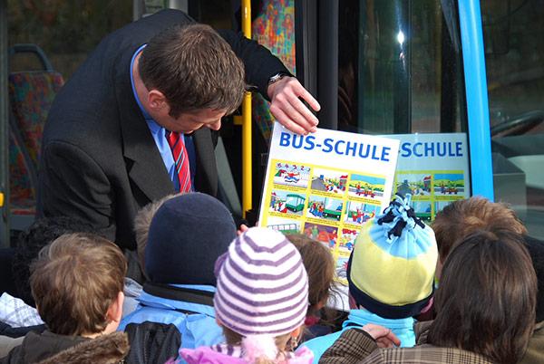 Busschule - Kinder lernen richtiges Verhalten