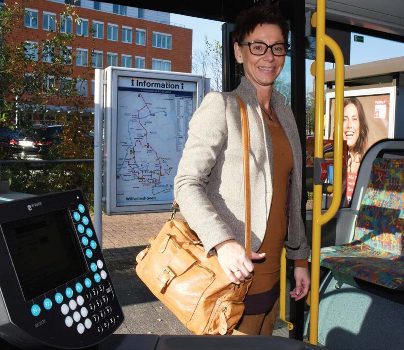 Frau im Bus mit Jobticket
