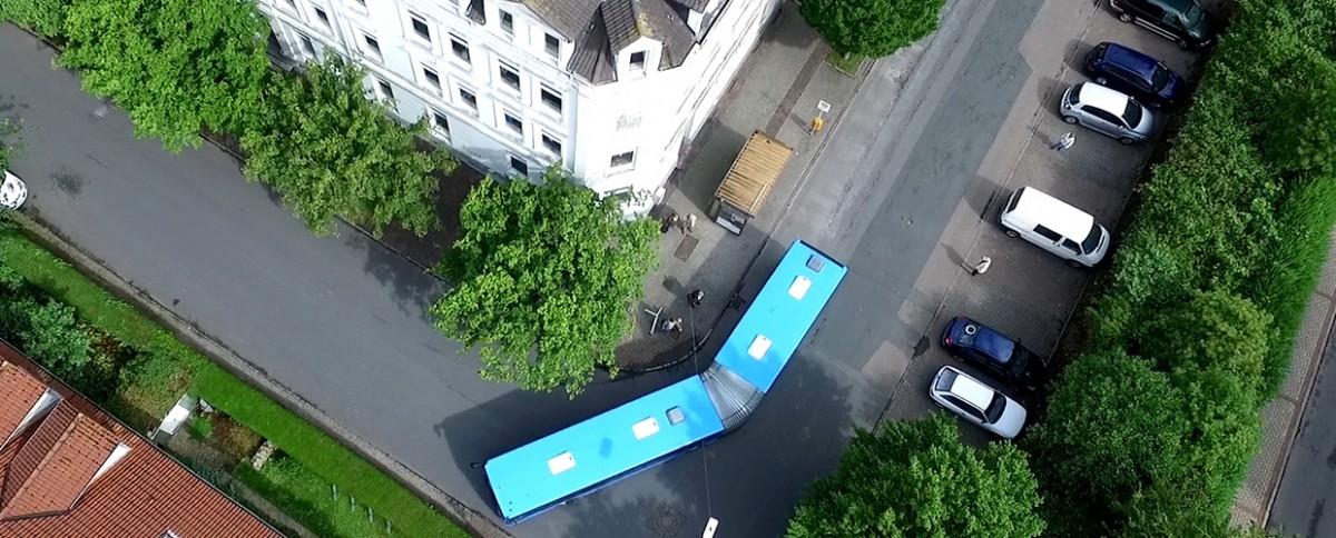 Bus in enger Straße von Oben