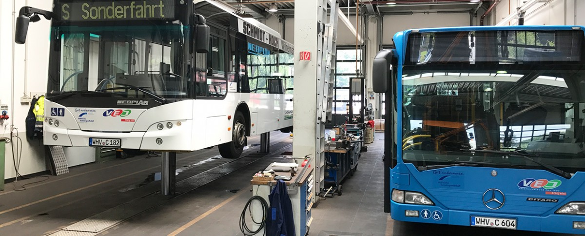 Busse in der Werkstatt