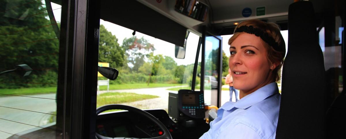 Busfahrerin am Steuer