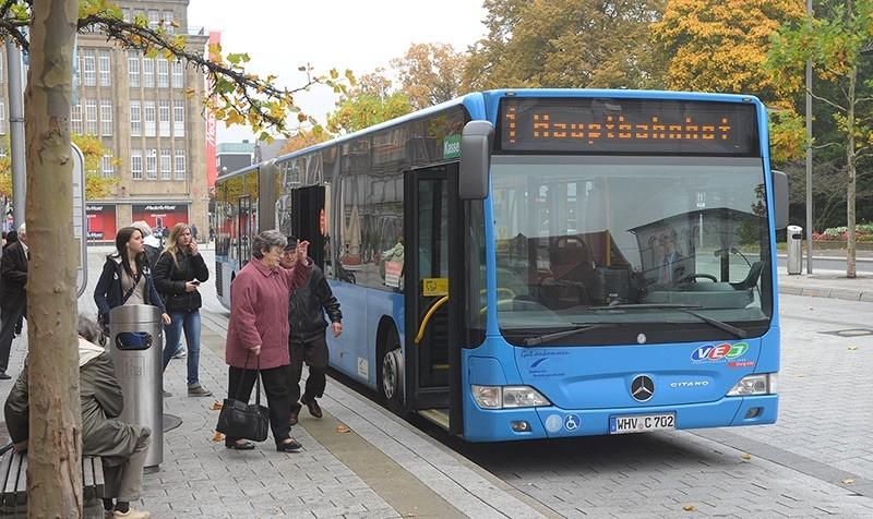 Bus an einer Haltestelle